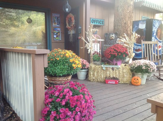 4 Seasons Inn on Fall River: Front porch on a beautiful day at the Inn