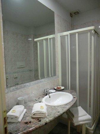 Hotel President:                   Довольно просторная ванная комната