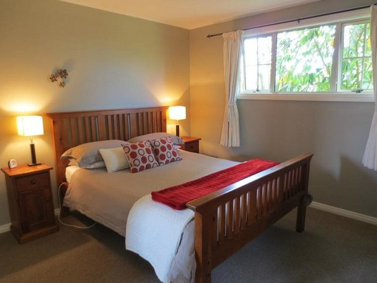 Blue Thistle Cottages:                   Bedroom - super cozy
