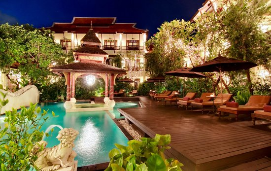 Puripunn Baby Grand Boutique Hotel: Hotel and Swimming Pool area (Night Time)