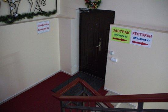 Voskhod Hotel:                   Лестница в ресторан