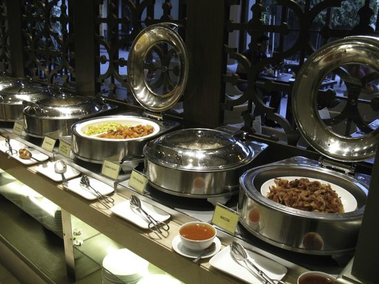 Chatrium Hotel Royal Lake Yangon: Lots of variety at breakfast