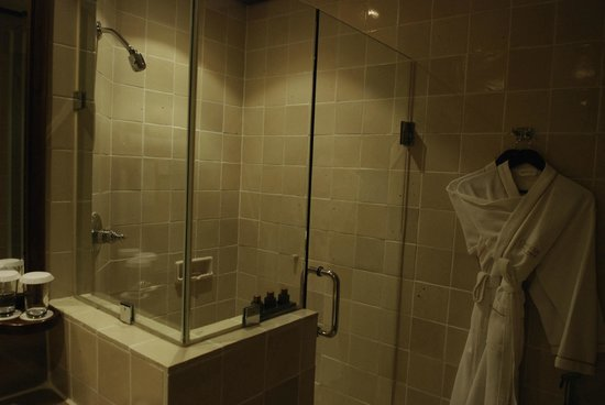 Chatrium Hotel Royal Lake Yangon: Bathroom on the Concierge floor