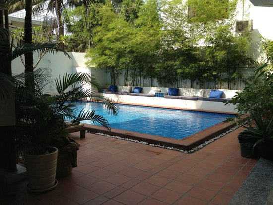 โรงแรมโมนูเมนท์: Salt water pool with lots of comfortable seating