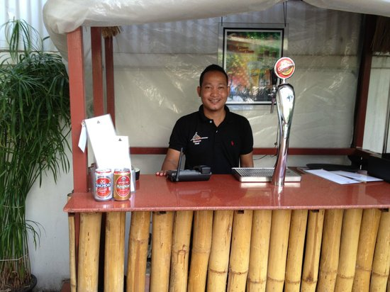 โรงแรมโมนูเมนท์: A smiling face behind the bar, adjacent to the pool