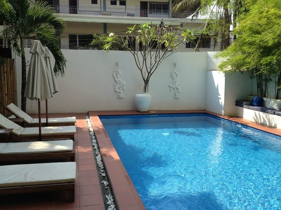 Jasmin Monument Hotel: Salt water pool with lots of comfortable seating