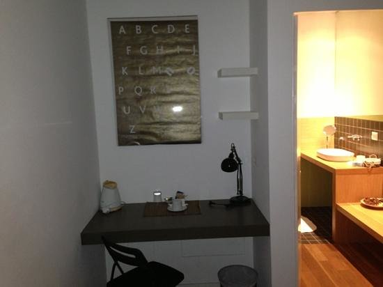 Mxp Rooms Guest House:                   anti camera con scrivania e poltrona