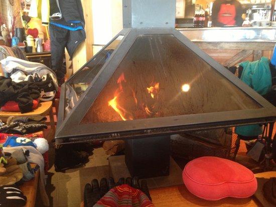 Le Diable au Coeur : Modern fireplace