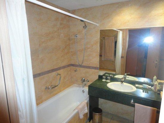 Senator Cadiz Spa Hotel: Muy buen cuarto de baño