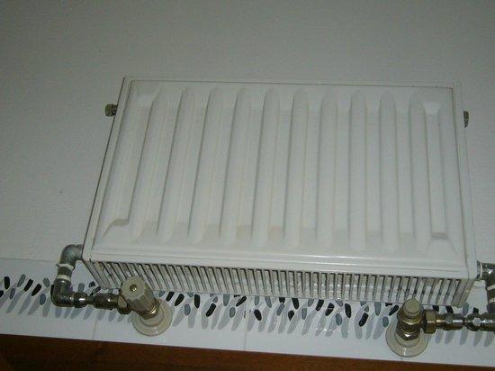 Continental E Dei Congressi:                   termosifone appeso sullo specchio