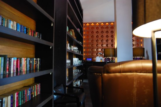 Sofitel Luang Prabang Hotel:                   屋内レストランの本棚