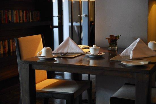 ホテル デ ラ ペ ルアンプラバン,                   屋内レストランの風景