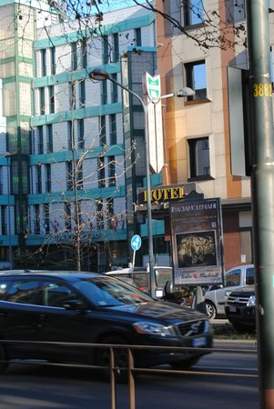 BEST WESTERN Hotel Mirage:                   L'hotel visto dalla fermata del tram