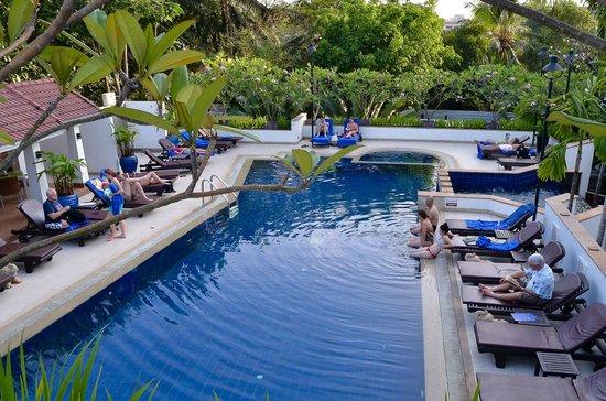 Tara Angkor Hotel:                   Poolside view