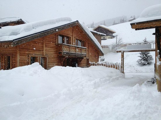 Chalet Martinet :                   Still snowing