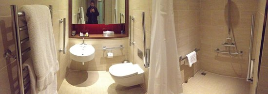 Apex London Wall Hotel: Bathroom panorama