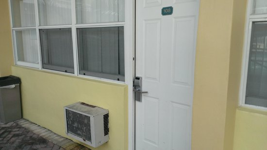 Beach Place Hotel:                   Door