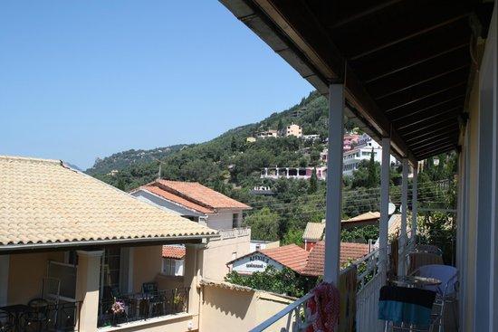 Sebastian's Family Taverna & Accommodation:                   Berget där vägen till Corfu stad klättrar sig upp för