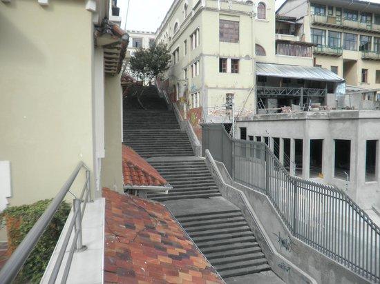 Hotel Crespo: Vista de escalinata al costado del hotel