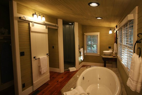 The Farm Cabins & Cottages: Inside bathroom of one of theCabins