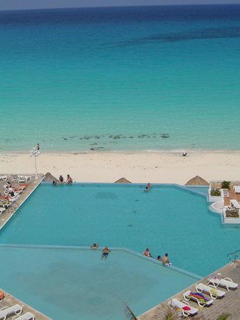 Pool And Beach At Bsea Cancun Plaza