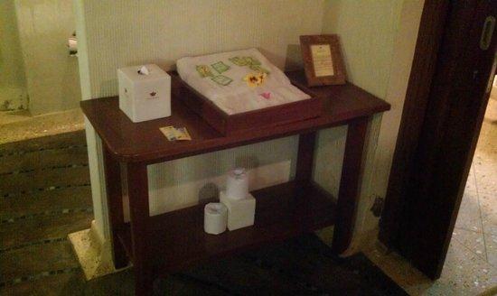 Kyriad Villa & Hotel Seminyak: Table with Supplies!
