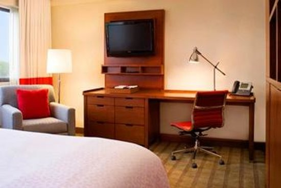 Four Points by Sheraton Richmond Airport: King CV Guest Room - Workspace