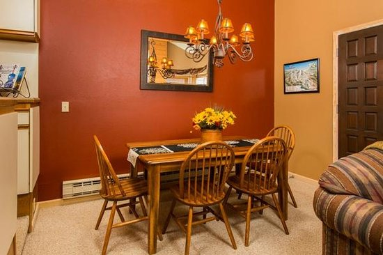 Kutuk Condominiums at Steamboat Springs: Kutuk Sample Dining Area