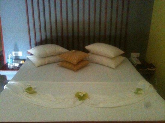 Club Koggala Village:                                     Bettdekoration Zimmer 605 ;)