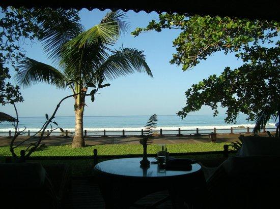 Thande Beach Hotel:                   Blick aus unserem Bungalow aufs Meer