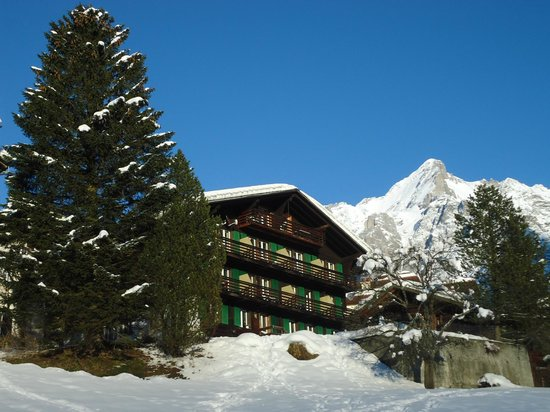 Hotel Tschuggen: Hotel south side with Wetterhorn