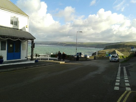 Slipway Hotel: View from where we parked our car in Port Isaac