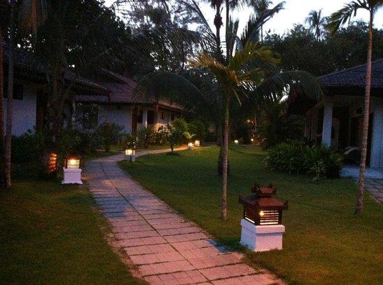 Thande Beach Hotel:                   Hotelanlage am Abend