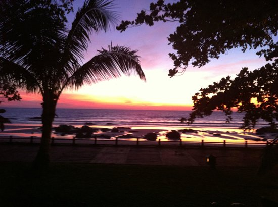 Thande Beach Hotel:                   Blick von unserem Bungalow direkt aufs Meer