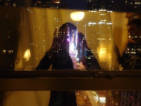 Wellington Hotel:                   vista pela janela do quarto para a times square