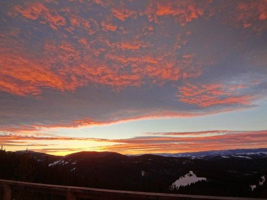 Altoona Ridge Lodge :                                     Epic sunsets are on tap at Altoona!