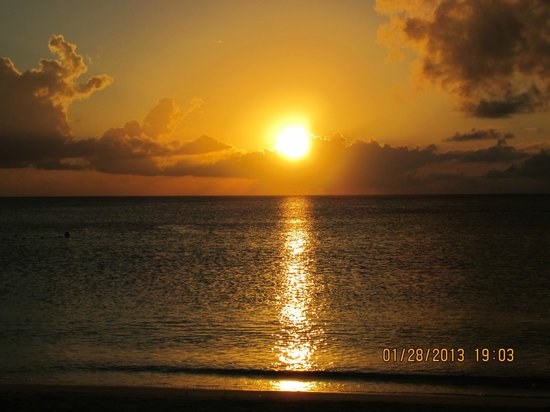 Sunshine Suites Resort: Sunset over Seven Mile Beach