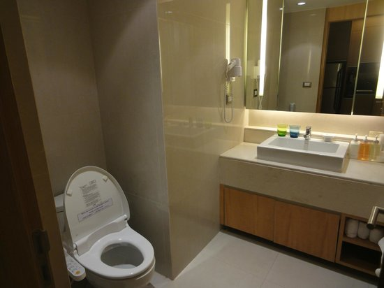 Centre Point Hotel Chidlom:                   clean bathroom