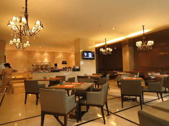 Centre Point Hotel Chidlom:                   breakfast room (restaurant)