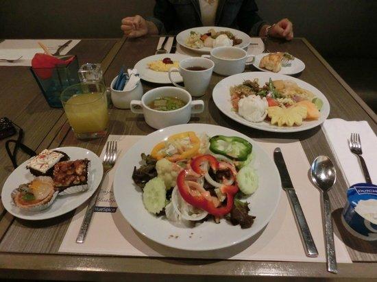سنتر بوينت هوتل تشيلدوم:                   breakfast                 