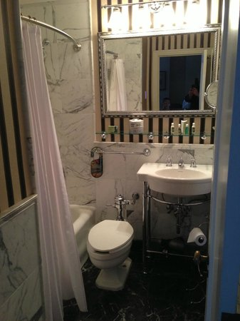 Historic Hotel Bethlehem:                   Bathroom