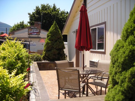 Falls Motel: King Suite's private patio
