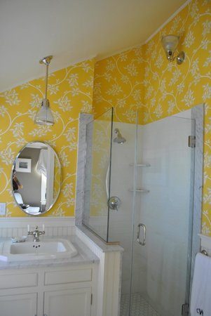 Cliff Walk Cottage on The Sea: Seaview Suite bathroom