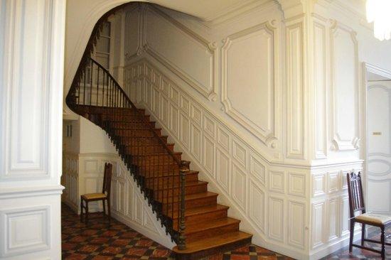 Au Chateau:                   Escalier menant à l'étage des chambres