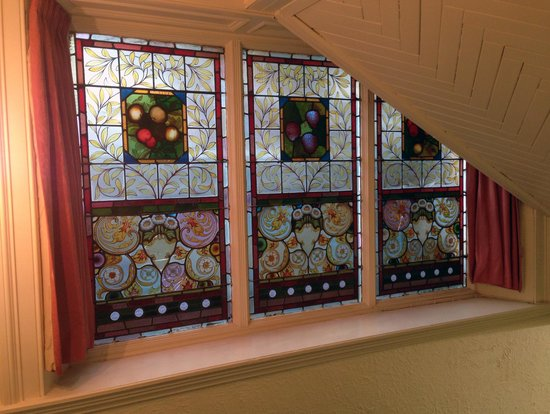 Dreadnought Hotel: Just one of the many sets of stained glass windows that gives this place such an historical ambi