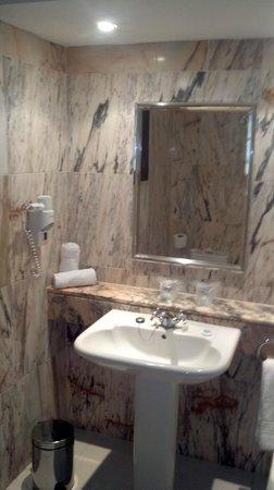 Hollywood Mirage Tenerife:                   nice bathroom