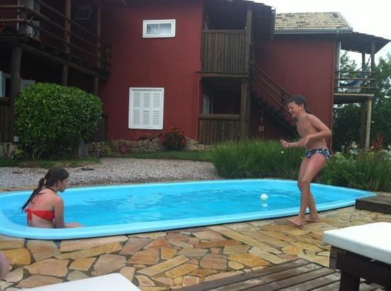 Pousada Villa Esmeralda:                   piscina e acomodações ao fundo