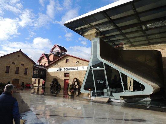 Bodegas Lopez de Heredia Vina Tondonia: vista exterior- wine bar y bodega