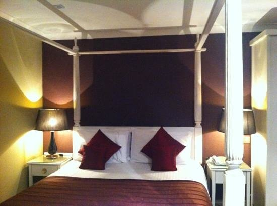 The Gables Hotel:                   Four poster room