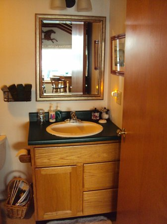 Log Cabin: An Island Inn: The Wiseman room, bathroom